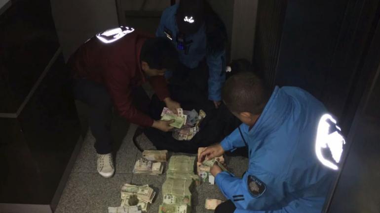 SECUESTRO. Parte del dinero secuestrado por personal policial. (TN)