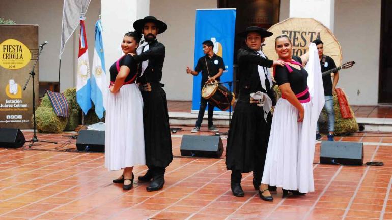 El Ballet Municipal de Estación Juárez Celman deslumbró a los presentes con una actuación a puro ritmo. (Estación Juárez Celman).