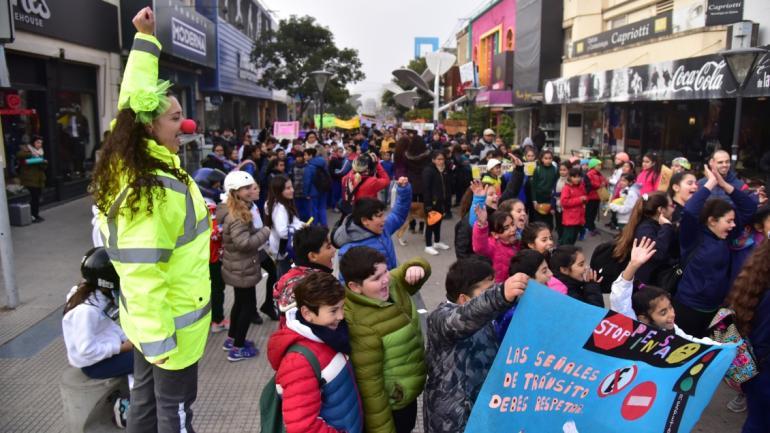 Los chicos marchando en búsqueda de conciencia vial. (Municipalidad de Villa María)