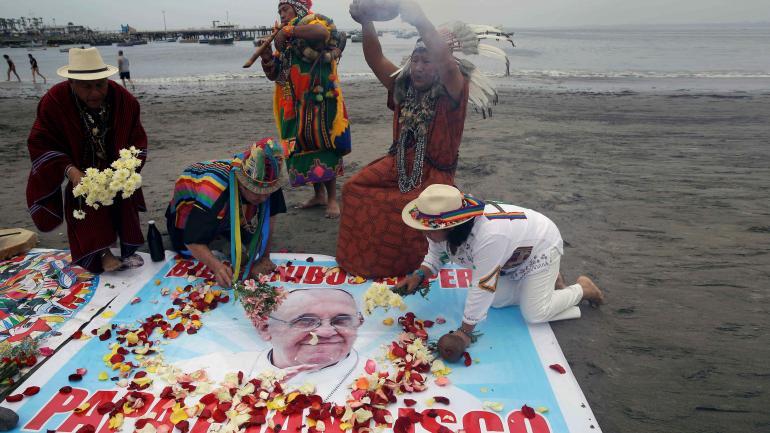 Bienvenida anticipada. En la playa Agua Dulce, de Lima, chamanes peruanos hicieron un rito para saludar la llegada, mañana, del Papa Francisco. (AP)