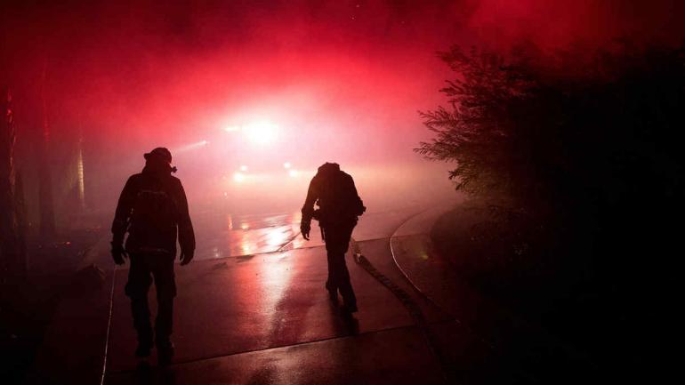 CALIFORNIA. Bomberos trabajan para combatir las llamas (AP).