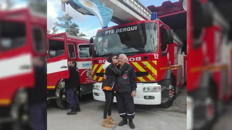 PRESIDENTE DERQUI. Carla junto a su padre en el cuartel de bomberos (Foto de Facebook Carla Gatti).