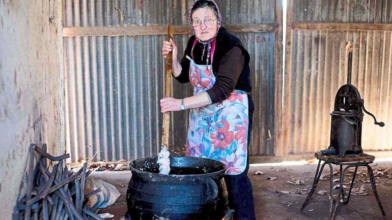 Entre medio, en un galpón aparte, en una vieja olla se derrite la grasa que se usará para hacer chicharrón y otros usos.