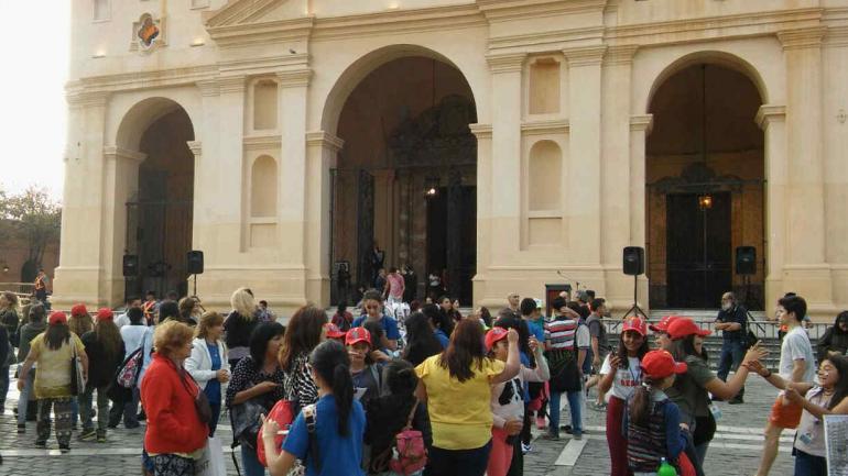 CATEDRAL. Cientos de jóvenes se congregan en el centro de Córdoba (Nicolás Bravo/La Voz).
