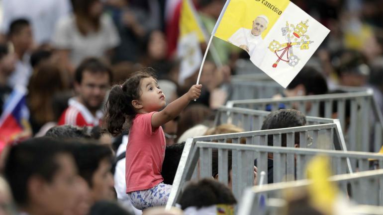 EL RECIBIMIENTO. Francisco besó bebés, escuchó pacientemente a mujeres y ancianos, bendijo a enfermos y recibió estampas, fotografías y recuerdos. (AP)