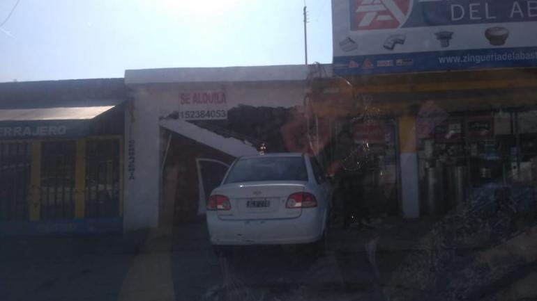 CHOQUE. El auto era conducido por una joven de 19 años quien resultó herida y fue traslada al Hospital de Urgencias. (La Voz)