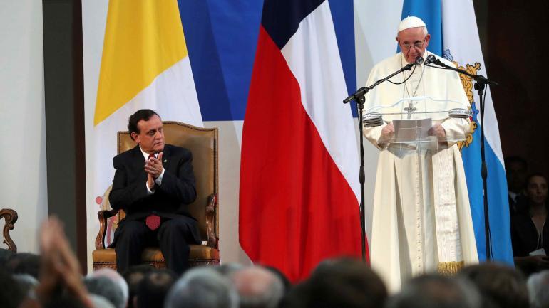 Con el rector. En la Universidad Católica, el Papa respaldó la postura contra la sanción de la ley que despenaliza el aborto ante determinadas causales.