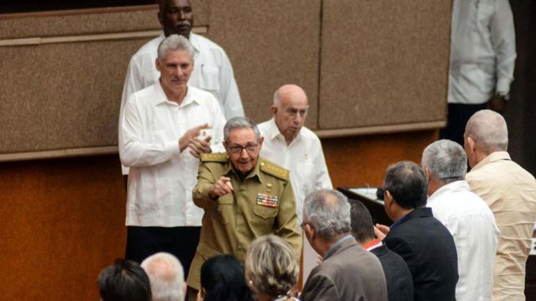SALUDOS. El expresidente cubano, Raúl Castro (centro), el actual mandatario, Miguel Díaz-Canel, y el segundo secretario del gobernante Partido Comunista de Cuba, José Ramón Machado Ventura, este sábado en el Parlamento (Clarín).