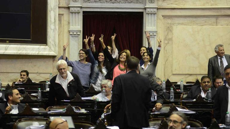 Ley. Las legisladoras Patricia Giménez, Karina Banfi y Victoria Donda, al sancionarse la paridad de géneros en candidaturas. (@diputadosar)