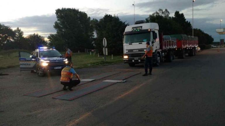 Atrapado. El camión sobrecargado fue pesado por la Caminera en la ruta 36. (Gobierno de la Provincia)