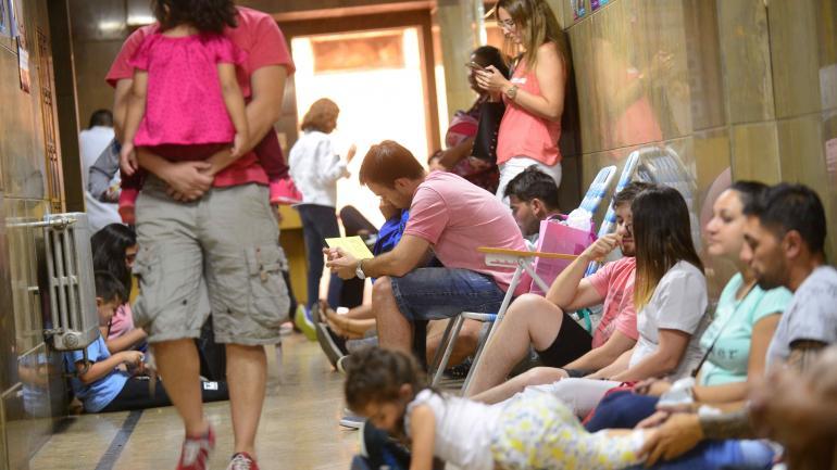 Pasar la noche. En la Unidad Sanitaria Córdoba, de calle 9 de Julio, muchos sacan reposeras y forman colas desde la madrugada. (Javier Ferreyra)