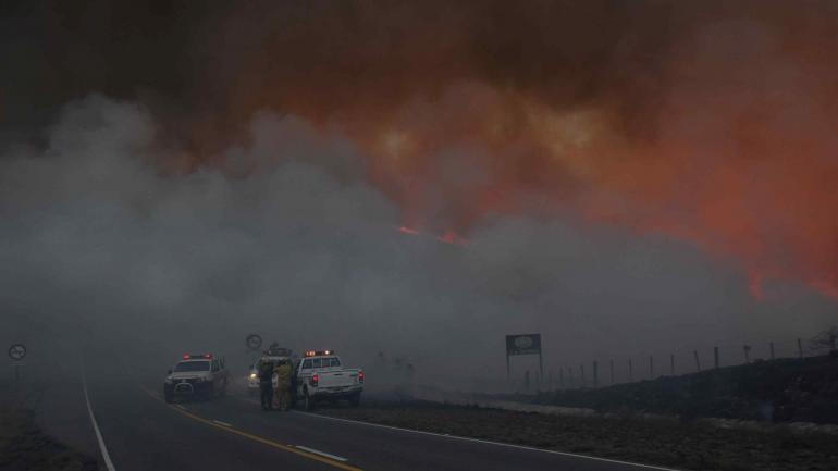 Uno de los peores focos. El incendio en la zona del Camino del Cuadrado llevó varios días de trabajo a los bomberos. (La Voz)