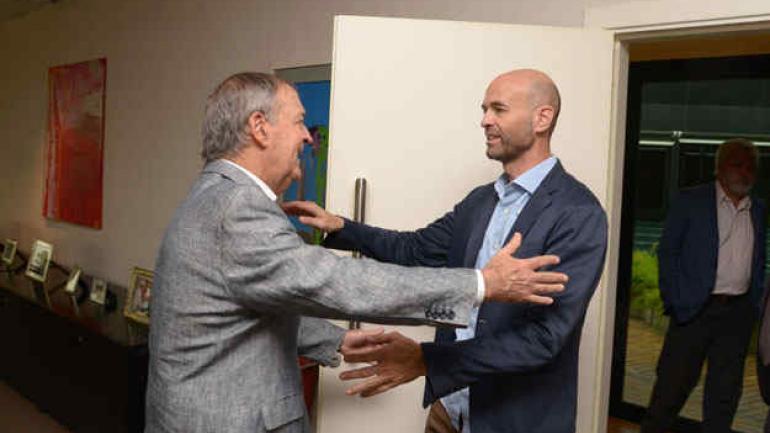 Reunión. El gobernador Schiaretti recibió al ministro Dietrich en el Centro Cívico. Hablaron de obras y de financiamiento. (Casa de Gobierno)