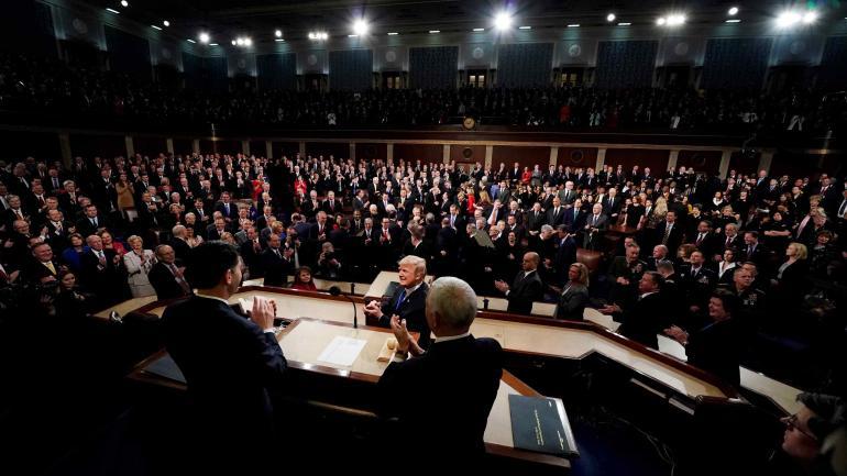 A favor y en contra. Los republicanos seguían eufóricos el discurso. Los demócratas ponían gesto adusto. (AP)