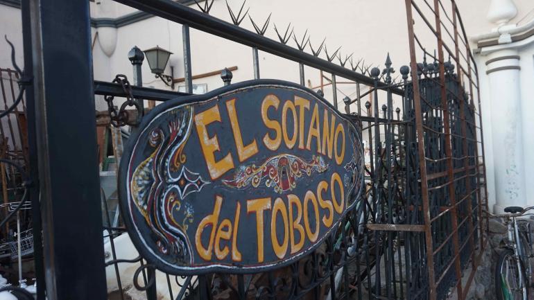 El negocio quijotesco. El local de cachivaches rinde homenaje al personaje de Cervantes. (La Voz)