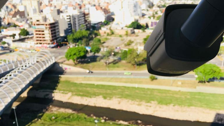 Una cámara de seguridad instalada en el Centro Cívico es la primera prueba piloto para crear estaciones automáticas que alerten sobre crecidas repentinas. (Pedro Castillo)