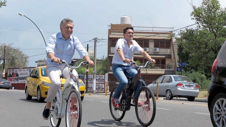 Bicicleteada. Macri pedaleó unos metros por el bulevar San Juan junto con Lucas Toledo, creador de una bicicleta eléctrica y plegable. (Presidencia)