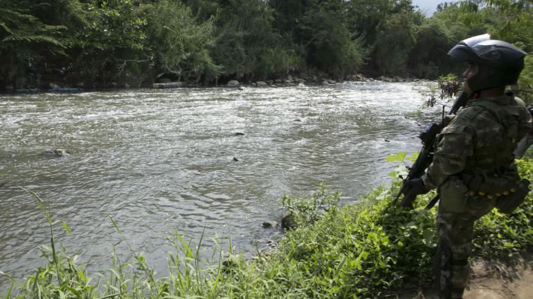 Controles. Los ríos son vigilados para evitar el tránsito ilegal de personas entre Venezuela y Colombia. (DPA)