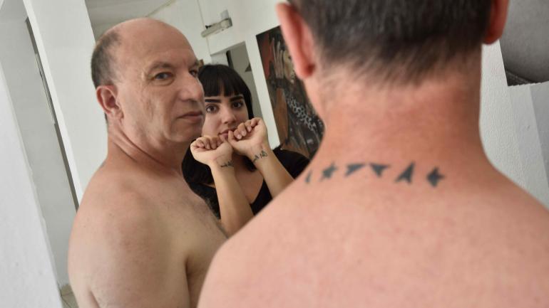 Promesa cumplida. Padre e hija tatuados, el compromiso asumido para el cumpleaños número 18 de ella.
