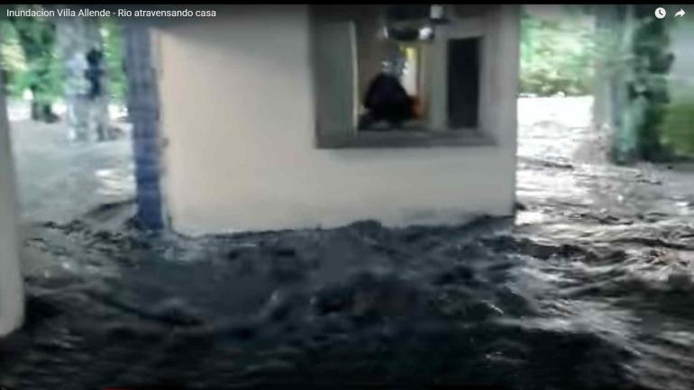 El agua adentro. Así se vio en un video famoso el 15-F. (La Voz)