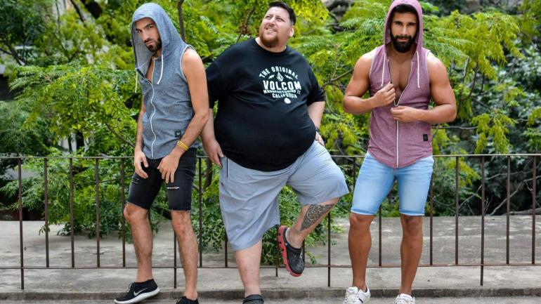 La foto de la campaña. Manuel posa junto a un modelo ultraflaco y a un chico con un cuerpo de gimnasio en la campaña de Tienda Líbano. (Foto gentileza de Jimena Mercau)