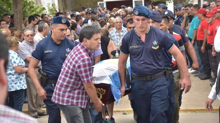 Lágrimas y bronca. Cientos de personas, entre vecinos y policías, acudieron ayer al cementerio de la localidad de San Carlos Minas. (Andrés Blanco/La Voz)