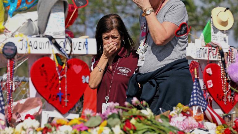 Dolor. Una mujer llora ante la tumba de una de las víctimas de Parkland. (AP)