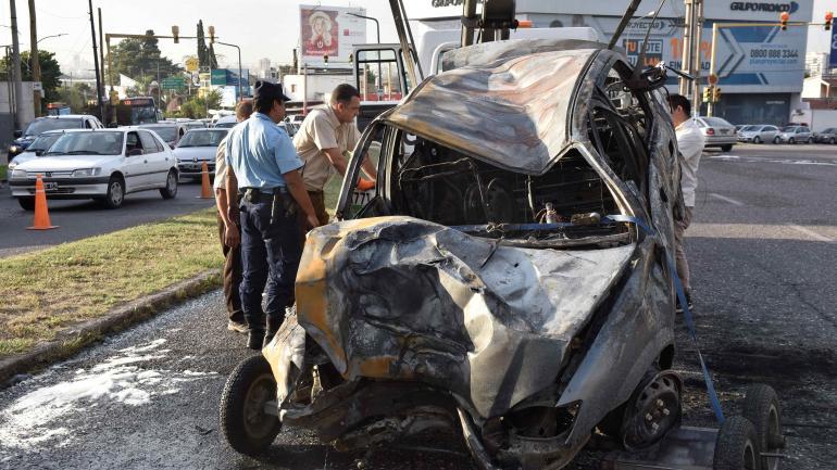 A la madrugada. El Chevrolet Corsa se despistó, cruzó el cantero central, chocó y se incendió. (Raimundo Viñuelas)