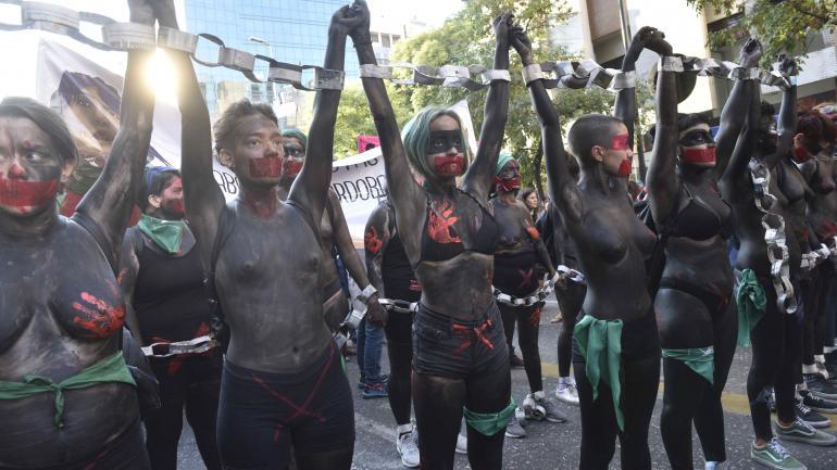 De negro. Así pintaron sus cuerpos estas mujeres, que simbolizaron la clandestinidad del aborto en Argentina y pidieron por su despenalización.