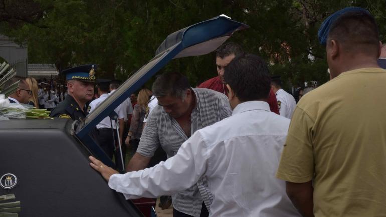 Dolor. El papá de Franco, durante el velorio de su hijo. (La Voz/ Archivo)