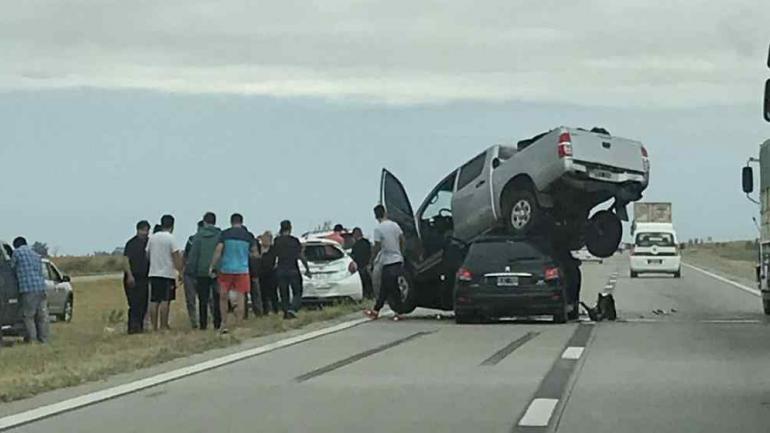 Autopista Córdoba-Rosario. A pesar de lo que muestran las imágenes, sólo hubo que lamentar un herido por el choque.