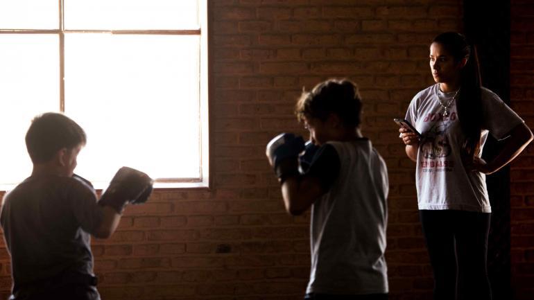 Cecilia Bazán. En Embalse, da clases de box a varones y mujeres. En algunos, con fines competitivos. Antes, fue boxeadora. (La Voz)