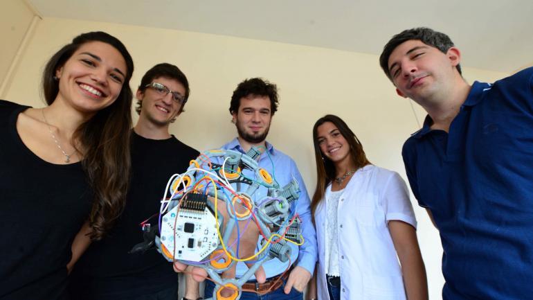 Equipo. Los creadores de Otta Project, junto al desarrollo que está a consideración del público. (Nicolás Bravo)