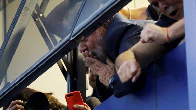 Desde el balcón. Lula se asomó a saludar a sus seguidores en el gremio metalúrgico. (AP)