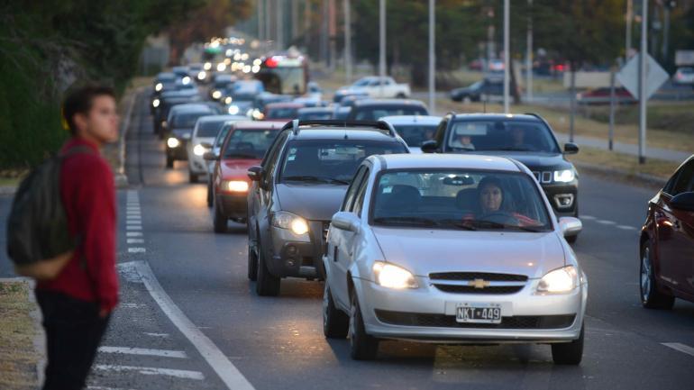 Caos en zona norte. La falta de conectividad de Valle Escondido, un barrio con 15 mil habitantes, es uno de los factores que colapsan el tránsito en la E-55. (Nicolás Bravo)