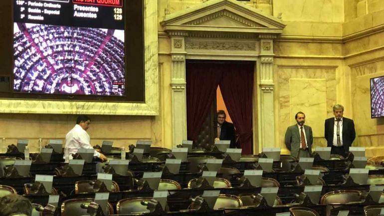 Detrás de la cortina. El diputado cordobés Nicolás Massot desató la ira opositora cuando observaba la falta de cuórum para la sesión especial que fracasó ayer luego de que se levantó de la banca el salteño Olmedo. (twitter)