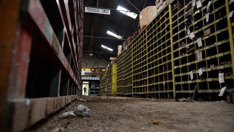 Almacenes de Forja. Edgardo se pone su antiguo uniforme en los galpones abandonados de los talleres ferroviarios. (Juan Pablo Martínez)