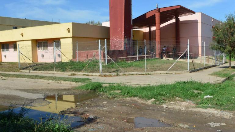 Aguas servidas. Fluidos cloacales rodean la institución educativa.
