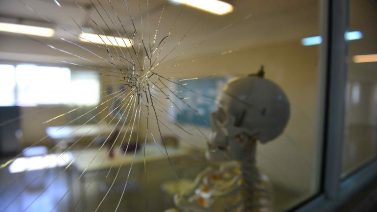 Ataques. Marcas de balas en los vidrios dan cuenta de que la escuela es objeto de acciones de violencia.