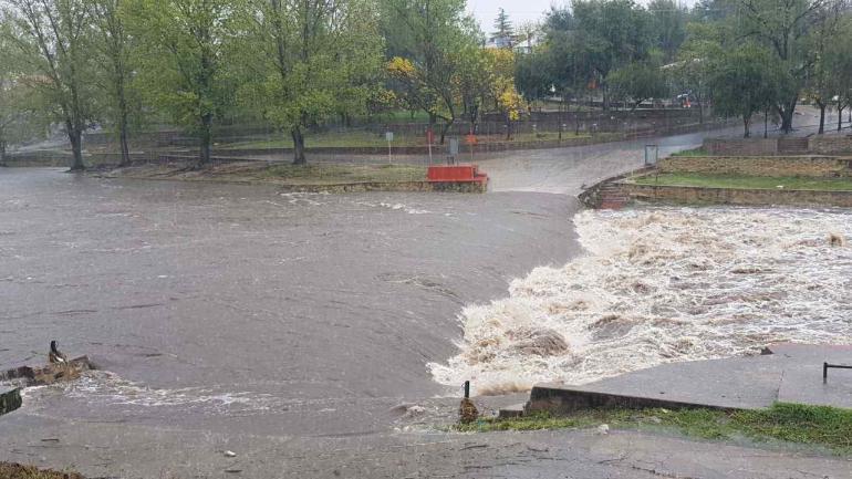 Punilla. El río San Antonio, en Carlos Paz, con una fuerte crecida. (La Voz)