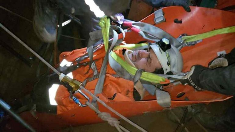 Protección. La caída había dejado al hombre inconsciente.
