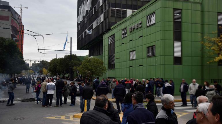Protesta. La sede central de Epec estuvo ocupada por los empleados durante seis horas el miércoles. (La Voz)