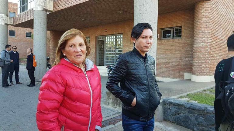 Fin del juicio. Germán Gómez deja Tribunales, junto con su madre, tras escuchar el fallo en su contra. (La Voz)