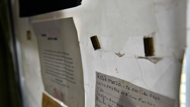 En una pared del colegio, hay tres balas pegadas. Fueron recogidas tras un tiroteo, tiempo atrás.