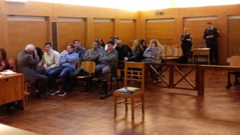 Condenados. Los 12 miembros de la banda ayer, poco antes de que se conocieran las sentencias de la Cámara 3ª del Crimen de Córdoba.