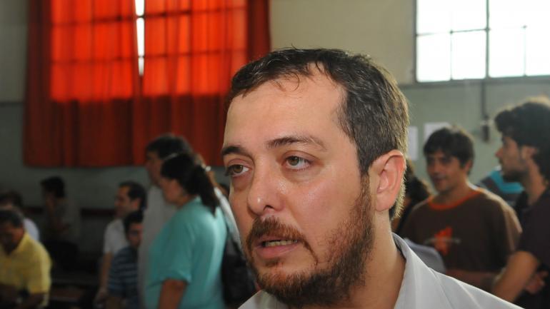 Mejor el cargo de planta. Adrián lo Presti es municipal, tiene bonificación y prolongación. Perdía si cobraba como funcionario. (La Voz)