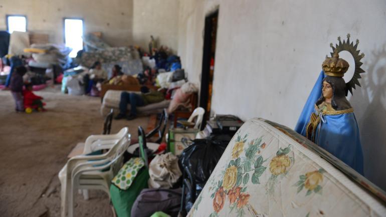 La Vírgen y el colchón. Los desalojados siguen instalados en el predio de la parroquia de Juárez Celman esperando respuestas. (Nicolás Bravo)