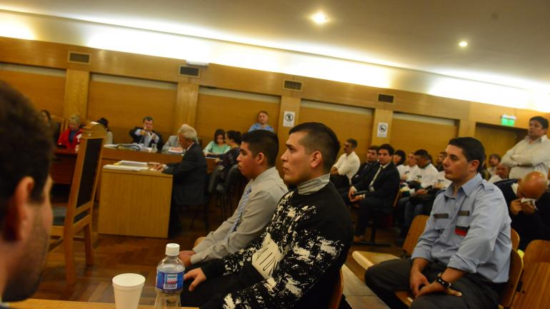 Dos destinos. Uno de los policías acusados terminó condenado, mientras que el otro fue absuelto al finalizar el juicio. (Nicolás Bravo / Archivo)