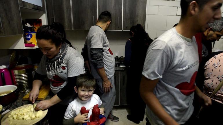 Preparativos. Marquitos, en su casa con su mamá, cocinando la comida que llevarán a la terminal. (Pedro Castillo)