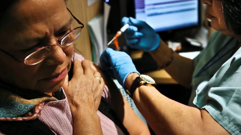 Clave. La vacunación antigripal es la primera medida de prevención. (La Voz)